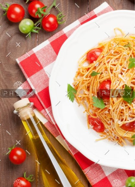 spaghetti-pasta-with-tomatoes-and-parsley-PD3JBZP